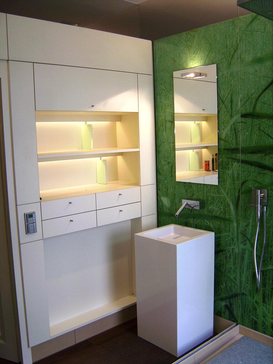 ein badezimmer mit badmöbeln die sich gewaschen haben