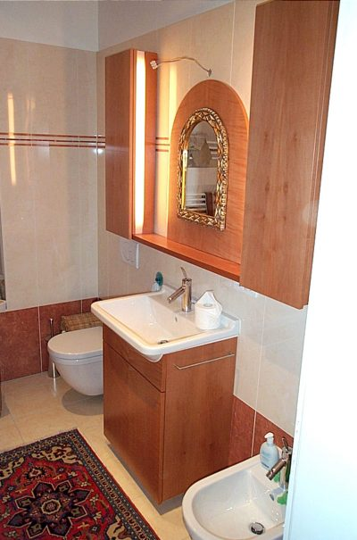 Badeinrichtung in Elsbeere mit Unterschrank und Hängeschränke