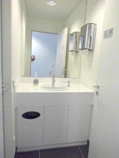 Waschtisch mit Platte abgewinkelt und 3 Türen, eine mit Abwurfschacht