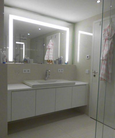 Waschtisch mit Türen, Platte und Spiegelpanel