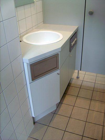 Waschtischeck mit Spender und Abwurf