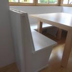 Sitzbank in Lack weiß mit Ahorn Tisch