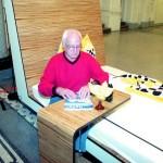Behindertengerechtes Bett mit Hilfen