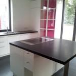 Küche und Glasvitrine in hochglanz lackiert