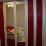 Schlafzimmerschrank mit Dekoreinlagen in den Türen