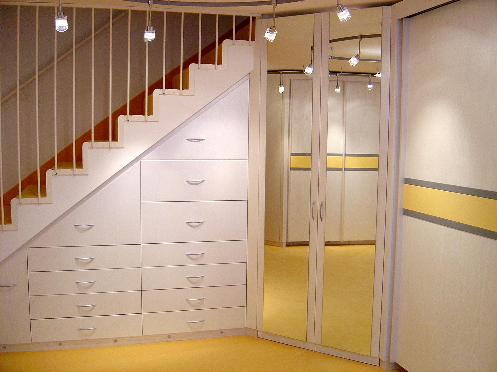 Raumlösung Treppenschrank, teils Schubkästen, teils Türen