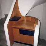 Treppenhausschrank formverleimt wie Treppenwange. In Elsbeere furniert und kobaltblau lackiert