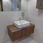 Einzelwaschtisch in Bürotoilette mit aufgesetzten Becken