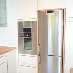 Küche in Lack cremefarben mit eingefasstem Kühlschrank