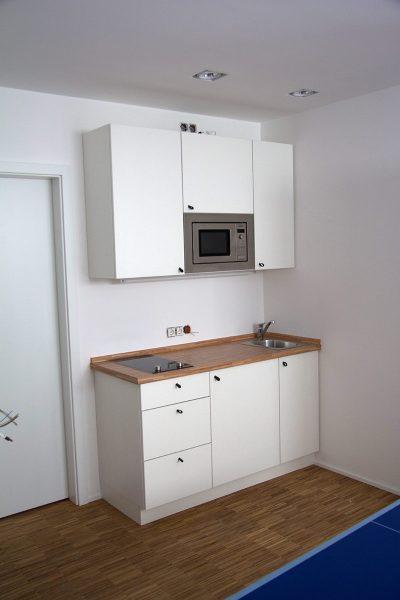 Küchenzeile in Einliegerwohnung mit Mikrowelle