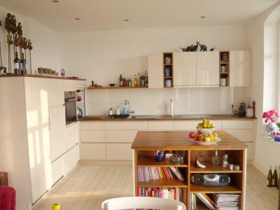 Küche hochglanz lackierte Fronten, halbhohe Schränke, Hängeschrank mit offenen Regalen
