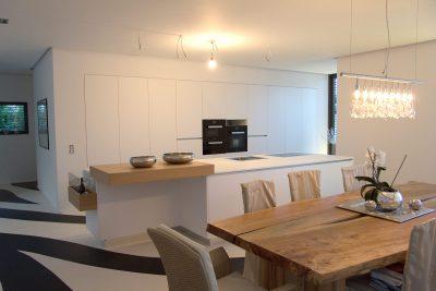 Küche mit Durchgangstür und Kochinsel