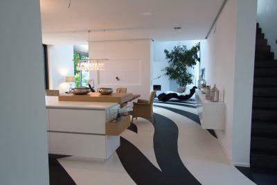 Kochinsel in weiß, Platte LG HIMACS mit Anbautisch in Eiche