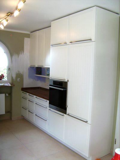 Küchenzeile in weiß mit Türen und Füllungen