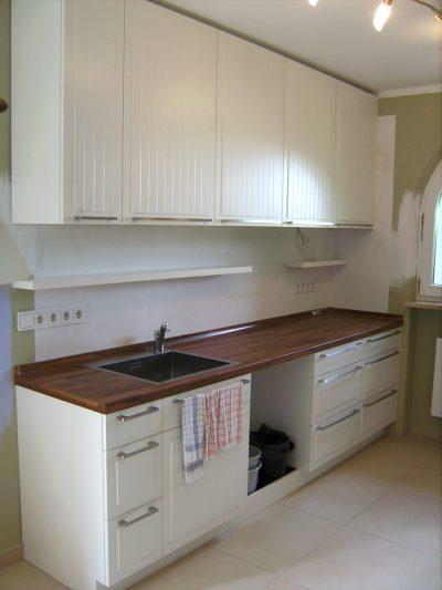 Küchenzeile in weiß mit Türen und Füllungen mit Schattenfugen