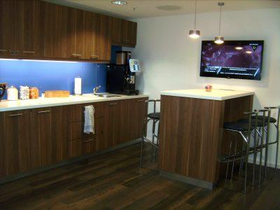 Büroküche in Dekor Nussbaum mit Unterbau und Türen, Arbeitsplatte in HPL