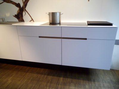 Küche mit Lack weiß matten Fronten mit verdeckten Grifffräsungen in Eiche natur geölt
