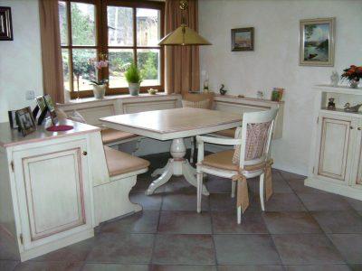 Sitzbank klassisch weiß gekalkt mit Tischgestell, farblich abgesetzt