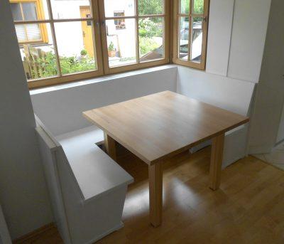Sitzbank in Lack weiß mit Ahorn Tisch und Ansteckplatten zur Verlängerung