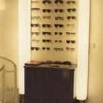 Optiker Ladeneinrichtung in taubenblau, Plexi beleuchtet mit Chrommanschetten