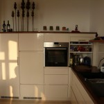 Küche hochglanz lackierte Fronten, halbhohe Schränke, Rollladenschrank