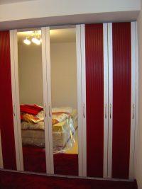 Schlafzimmerschrank mit Rahmenfüllungstüren und Kasette