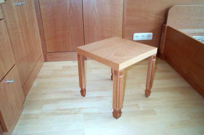 Tischchen in Birke gedämpft
