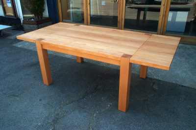 Tisch Buche gedämpft in Vollholz mit massiven Füßen und Zargentischgestell. Tisch in der Länge je Seite verlängerbar durch Ansteckplatten