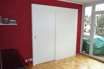 Schiebetür mit fester Tasche in Lack weiß vor der Wand laufend