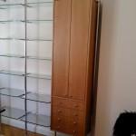 Schrankwand in Elsbeere mit 2 Türen und 4 Schubkästen, mit Glasböden auf Chromstangen montiert