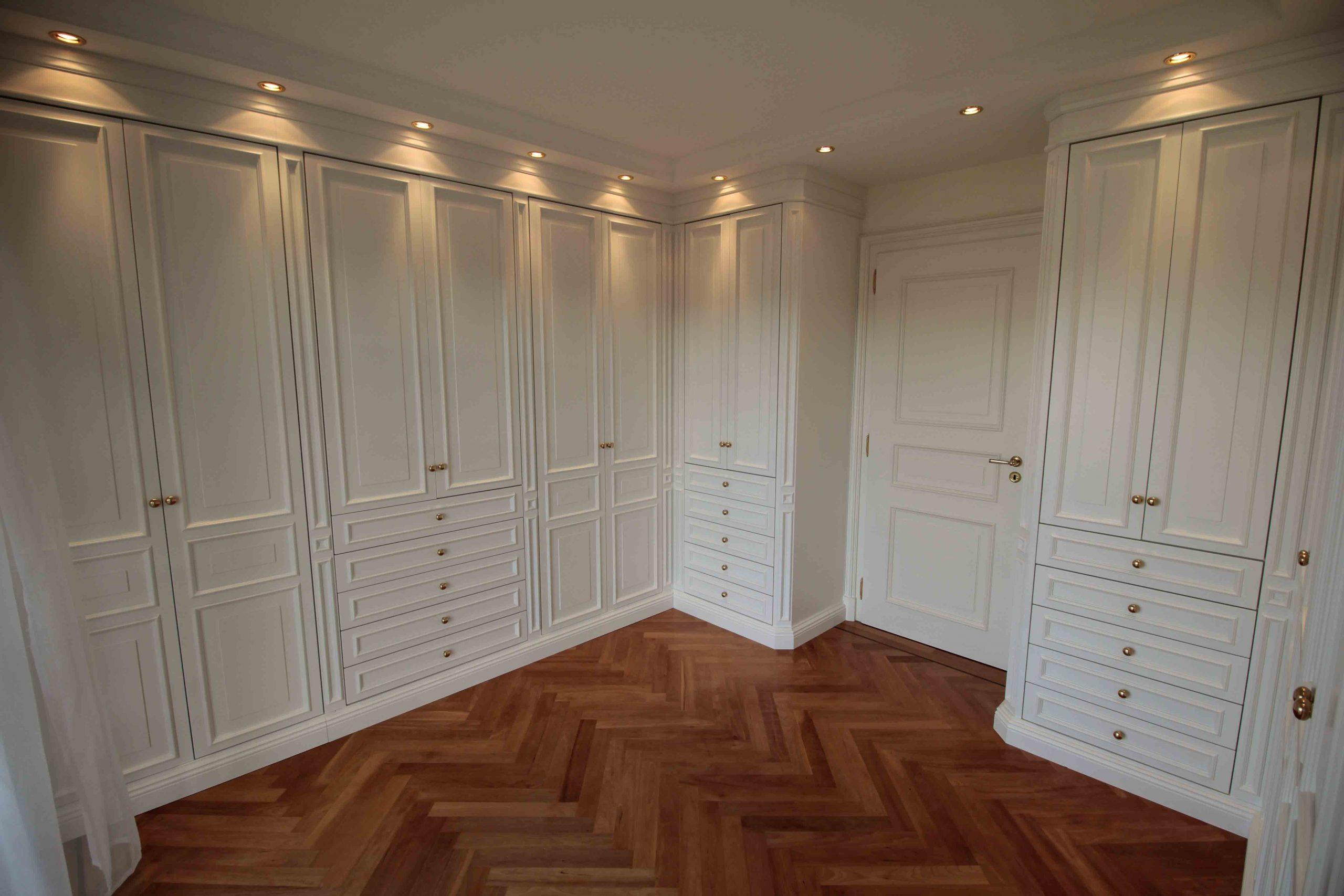 Ankleidezimmer mit Rahmentüren profiliert.